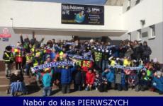zdjęcie uczniów przed szkołą