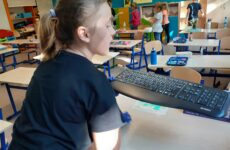dziewczynka sprzątająca ławki szkolne